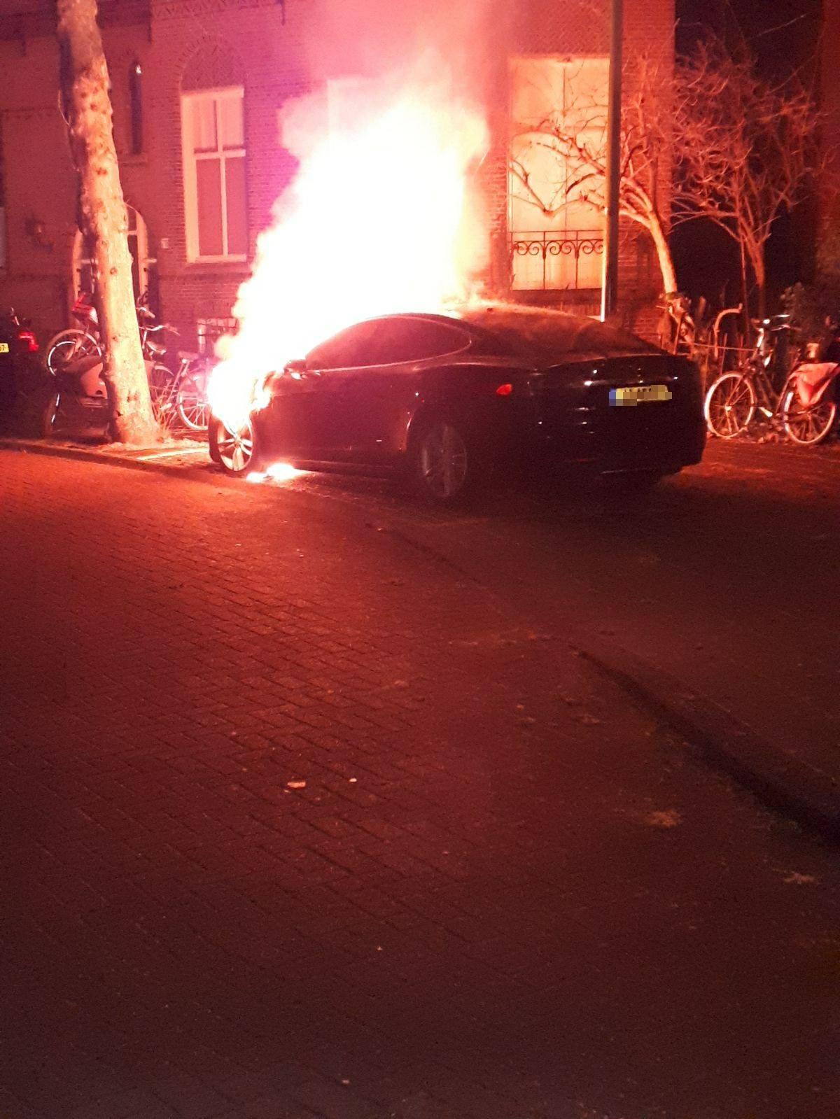 Anti-EV vandalisme - 2 Tesla's in brand gestoken